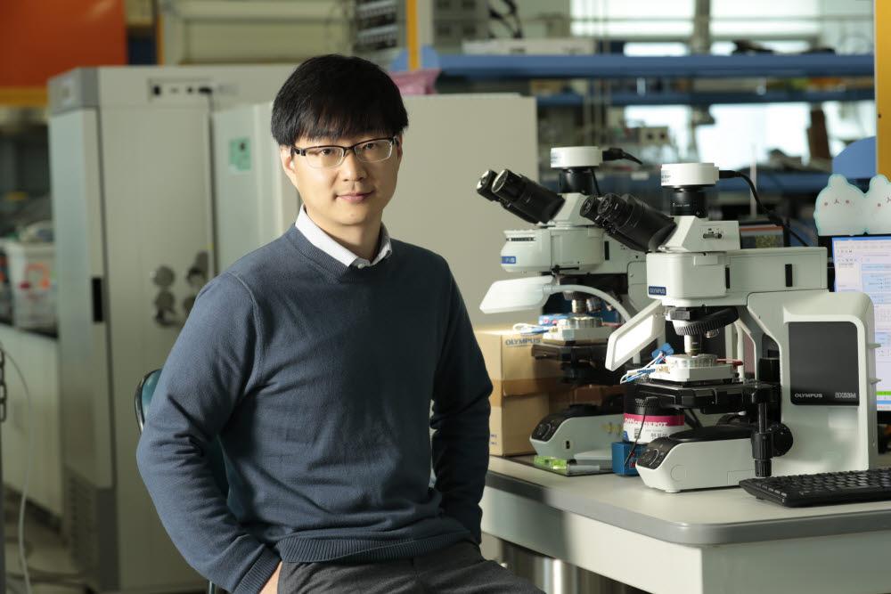 세라믹 소재 리튬공기전지 기술 개발을 주도한 서동화 UNIST 교수.