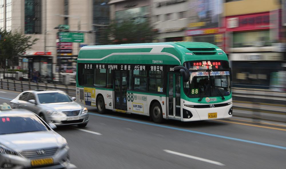 서울 경인로에서 운행 중인 전기버스.