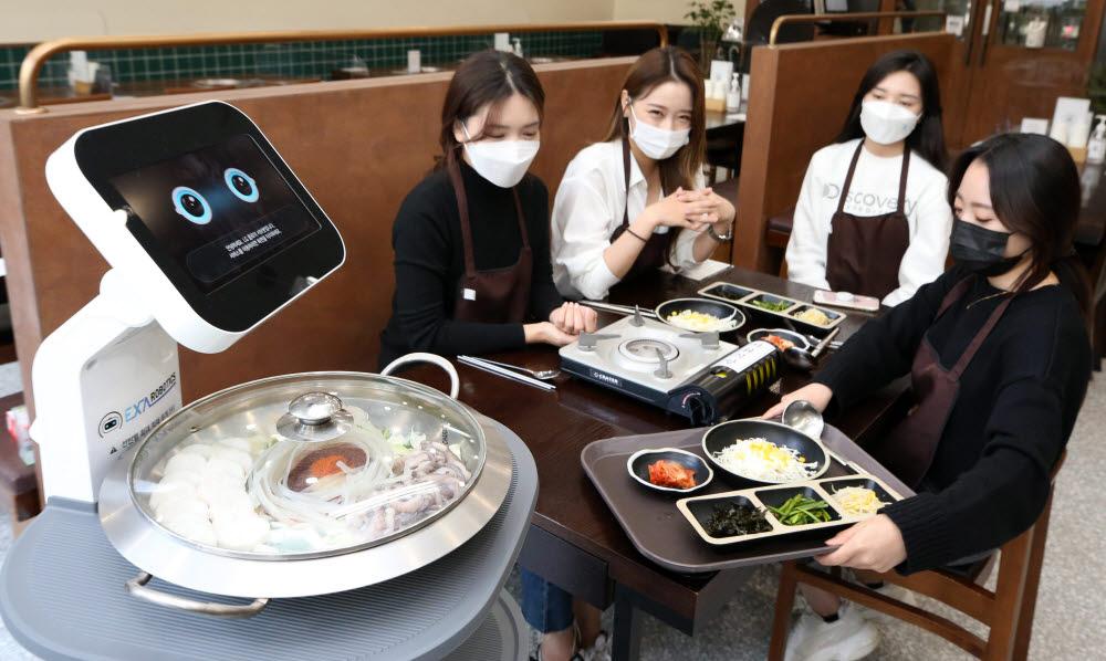 인근 식당에서 시연중인 엑사로보틱스의 4단 서빙로봇이 음식을 나르고 있다.