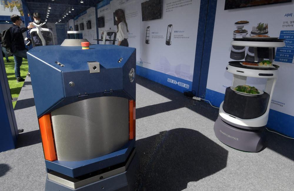 도구공간의 방역전문로봇 안티-에피데믹 로봇이 자율주행 방역 시연을 보이고 있다.