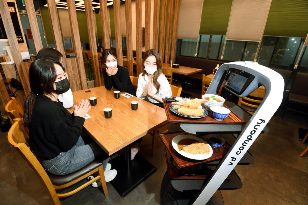 인근 식당에서 시연중인 브이디컴퍼니의 서빙로봇 푸두봇이 음식을 나르고 있다.