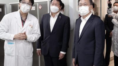 코로나19 백신·치료제 개발과정 설명 듣는 문 대통령과 최태원 SK회장
