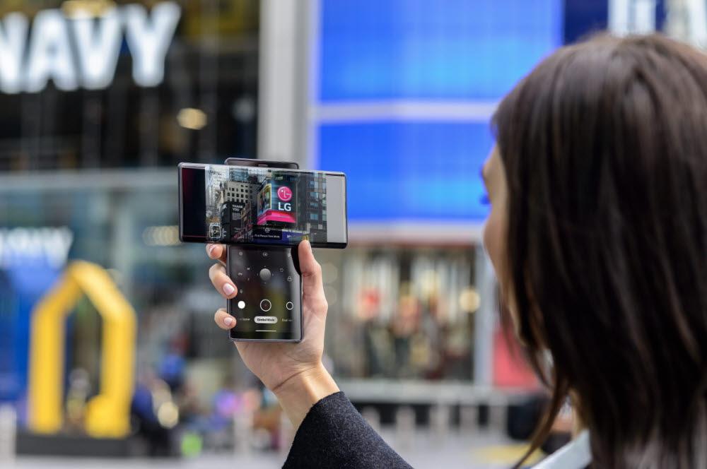 뉴욕 타임스스퀘어 광장에서 모델이 LG 윙을 소개했다.