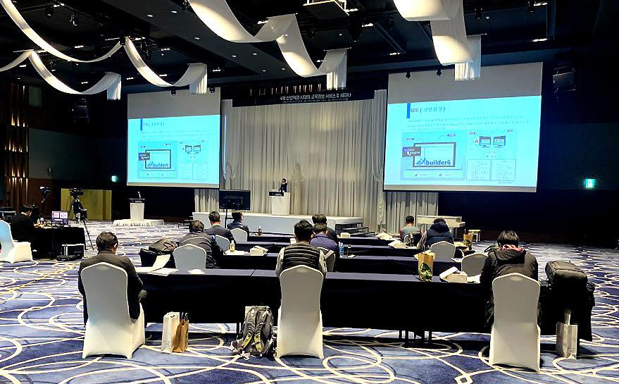 박지환 토마토시스템 영업대표가 15일 열린 2020 교육정보화 신기술 세미나에서 발표하고 있다.