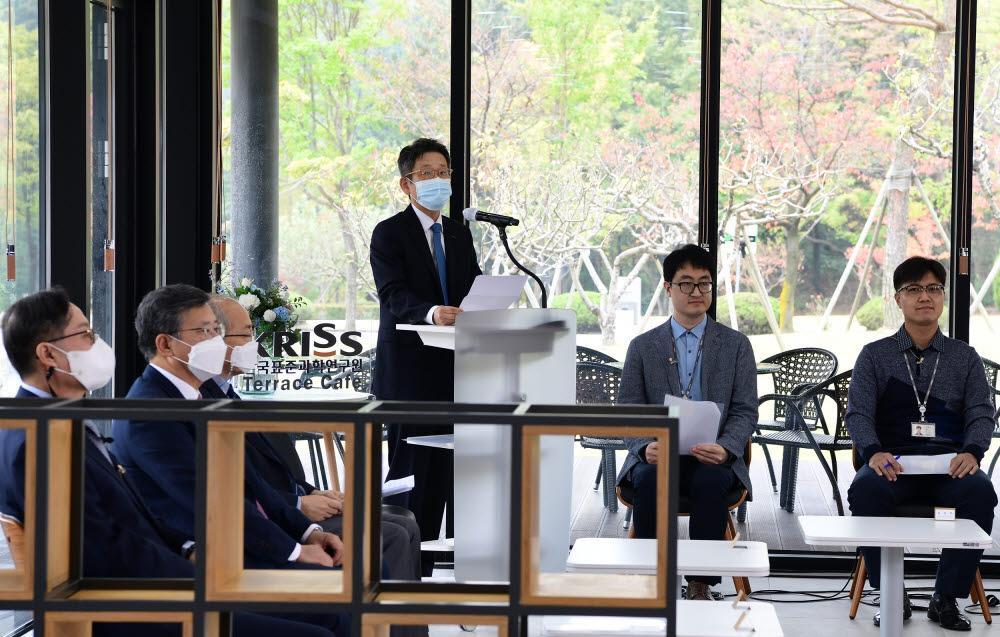 박현민 원장(사진 중앙)이 창립 45주년 기념사를 하는 모습.