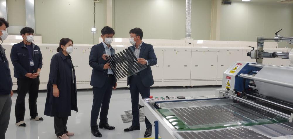 백호성 광주지방조달청장(오른쪽에서 두번째)이 김유신 티디엘 대표(오른쪽)으로부터 LED 투명 플렉시블 전광판에 대한 설명을 듣고 있다.