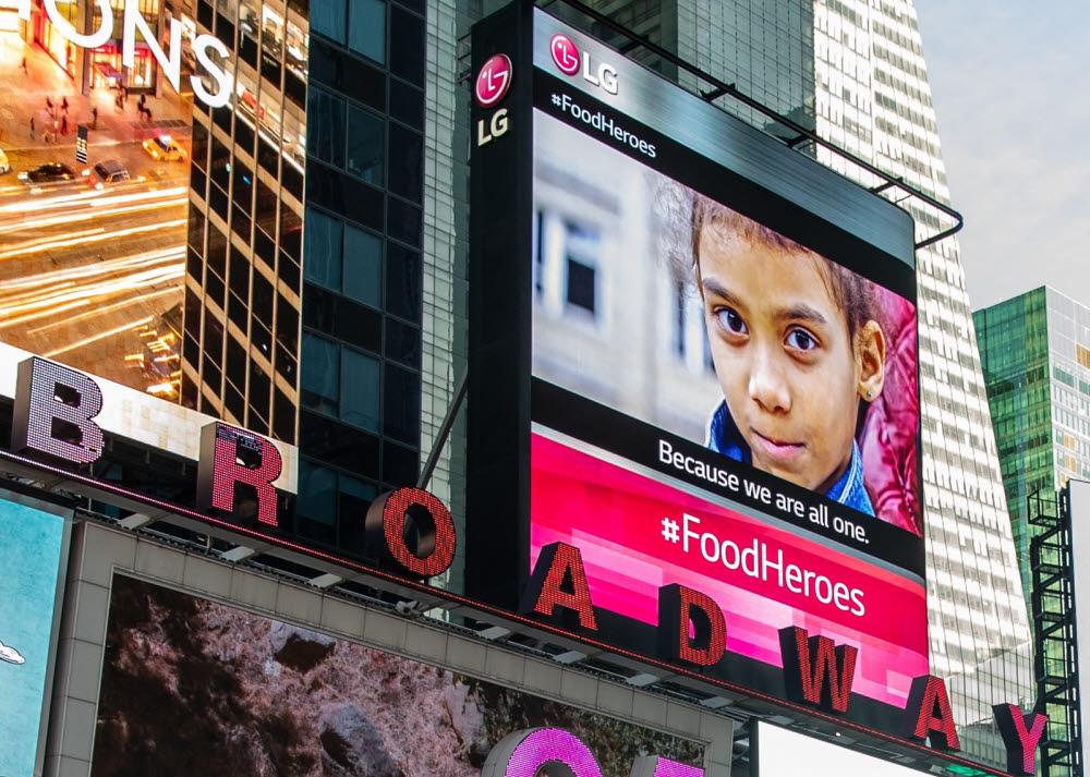 LG전자가 미국 뉴욕 맨해튼 타임스스퀘어 전광판에 기아 문제 해결을 위한 메시지를 띄웠다.