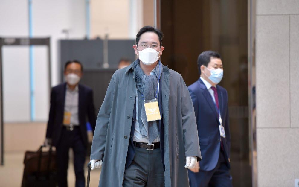 이재용 삼성전자 부회장이 네덜란드 등 5박 7일 간의 유럽 출장을 마치고 14일 서울 강서구 김포 비즈니스 항공센터를 통해 귀국했다.