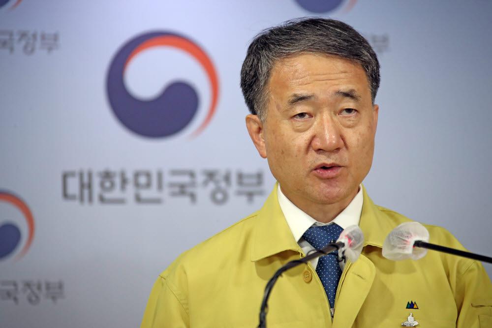 박능후 보건복지부 장관이 18일 오후 정부서울청사에서 중앙재난안전대책본부 회의를 마친 후 브리핑을 하고 있다. 연합뉴스