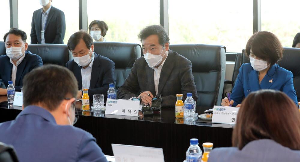 이낙연 더불어민주당 대표가 18일 오후 인천시 연수구 셀트리온2공장을 방문, 임직원들과 간담회를 가졌다. 연합뉴스.