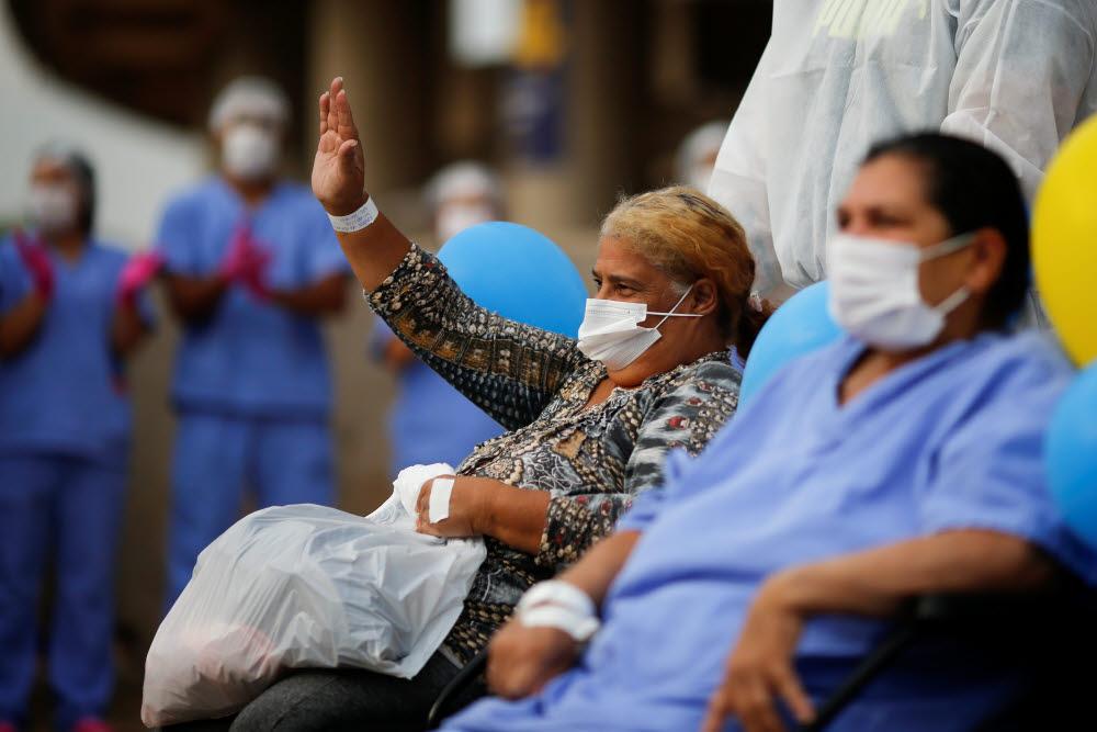 전 세계 코로나19 확진자 수가 4000만명을 넘어섰다. 사진은 브라질의 마네 가힌샤 경기장 내 임시 의료 센터서 치료를 받은 환자의 모습. 연합뉴스/로이터