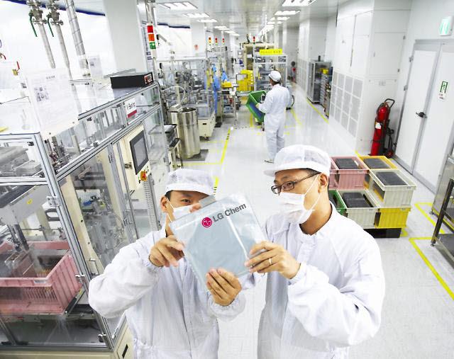 LG화학 오창공장 배터리셀 검사 모습.