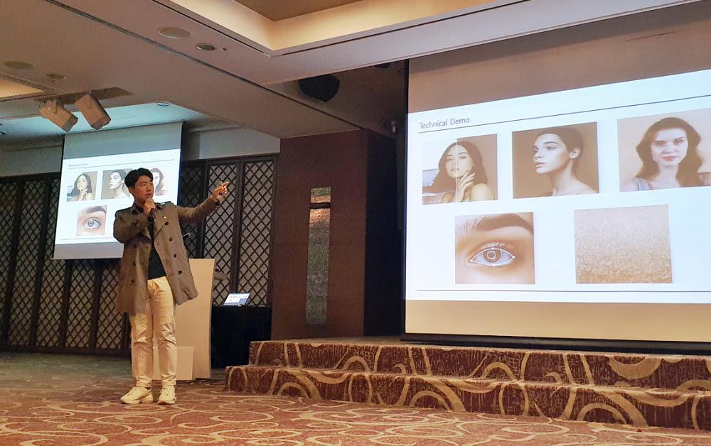 강덕호 타키온홀딩스 대표가 15일 부산에서 열린 사업설명회에서 설명하고 있다.