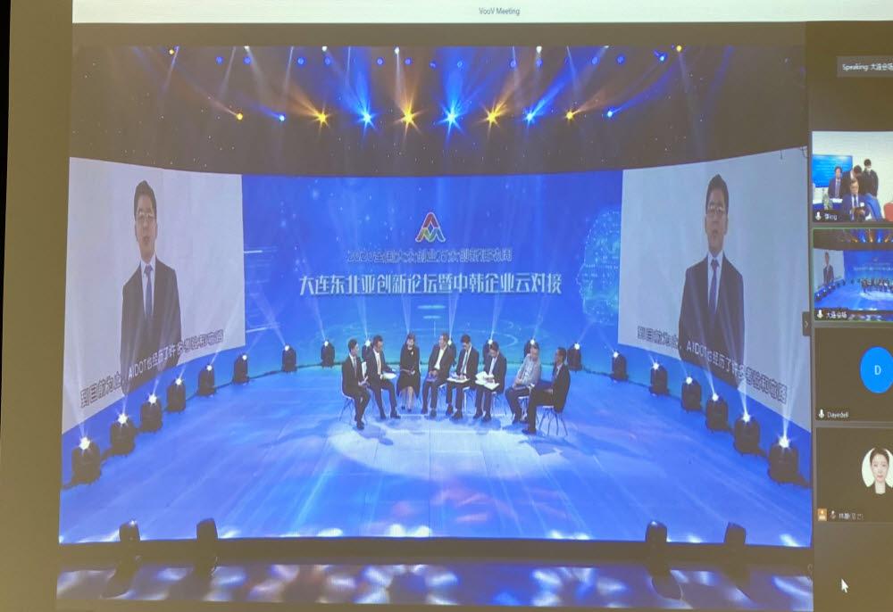 정재훈 아이도트 대표가 중국 대련방송 스튜디오에서 영상 IR을 진행 중이다.
