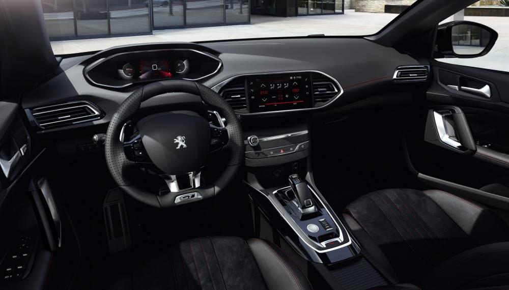 디지털 아이-콕핏을 적용한 2021년형 푸조 308 GT 팩 실내.