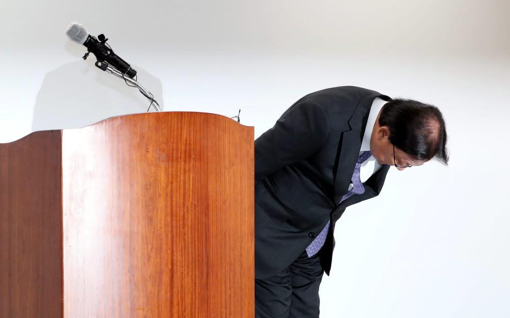 박근희 CJ대한통운 대표이사가 22일 오후 서울 중구 태평로빌딩에서 택배 노동자 사망 사건과 관련해 사과하며 고개를 숙이고 있다.