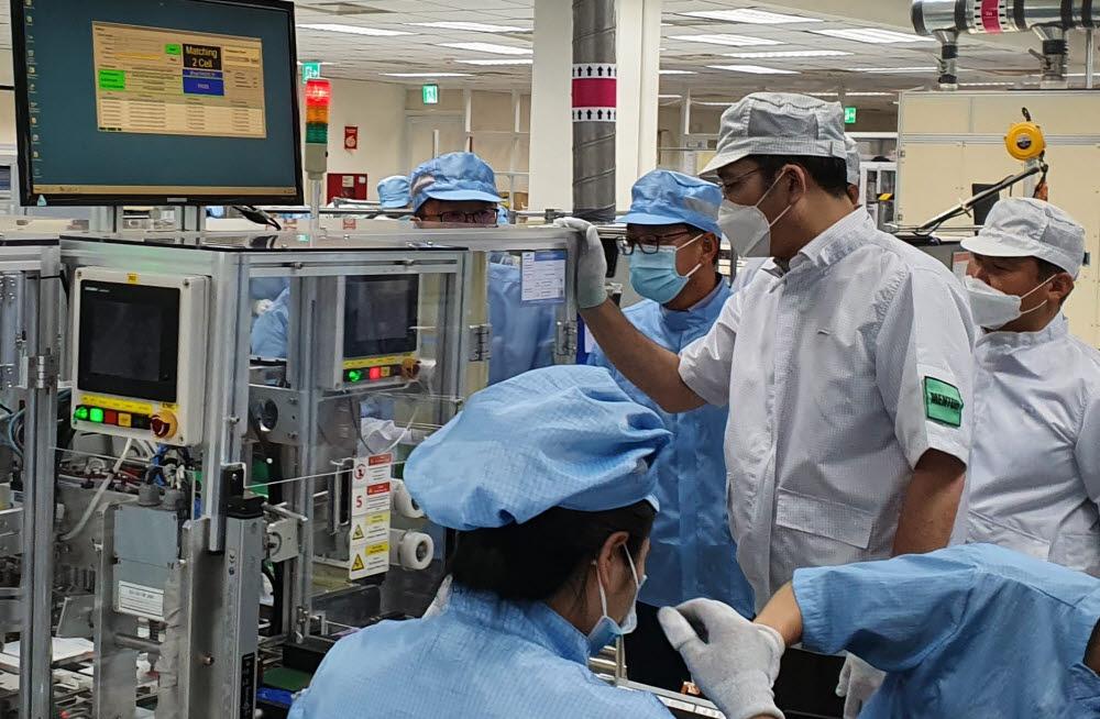 이재용 부회장이 20~21일 베트남 하노이 인근에 위치한 삼성 복합단지를 찾아 스마트폰 생산공장 등을 점검하고 있다.