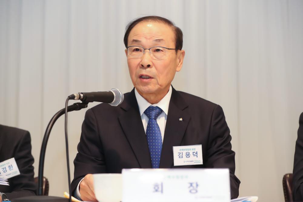 """""""연임 않겠다. 좋은 사람 뽑아달라""""…김용덕 손보협회장, 용퇴 결정"""