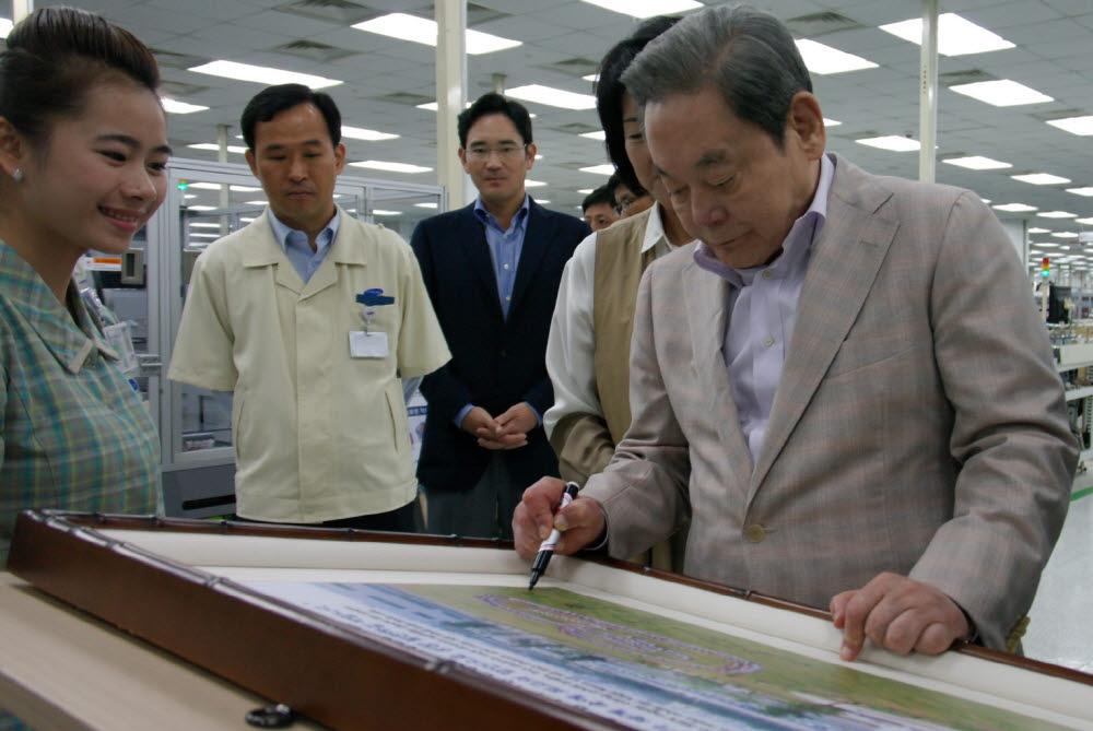 이건희 삼성전자 회장이 지난 2012년 베트남 사업장을 방문했다.