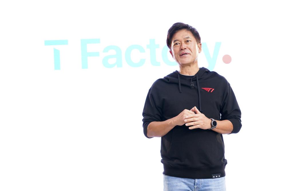 박정호 SK텔레콤 사장이 27일 서울 홍대문화거리에 들어설 ICT 멀티플렉스 T팩토리를 소개하고 있다.