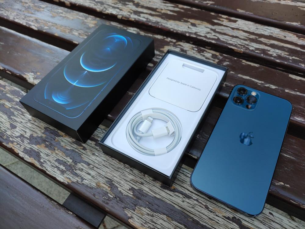 아이폰12 프로 패키지. 충전 어댑터와 이어폰이 기본 구성품에서 빠지면서 패키지 박스 두께도 앏아졌다.