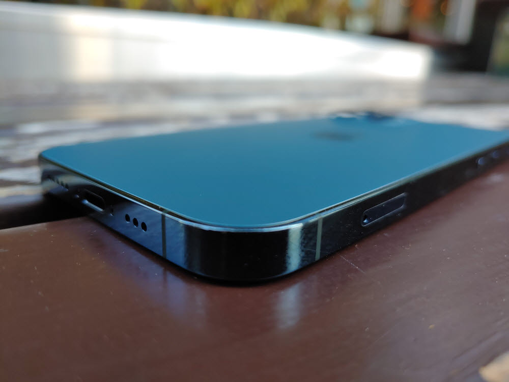 애플 아이폰12 프로. 테두리를 각진 스테인리스 스틸 소재 프레임으로 감쌌다.