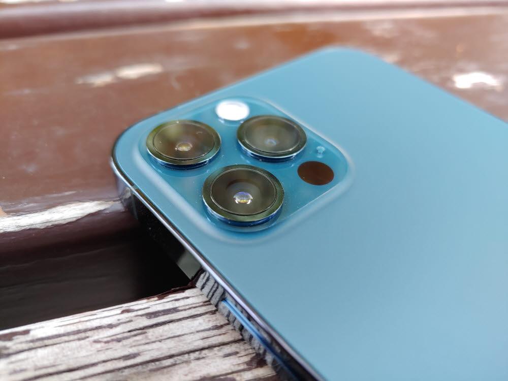 애플 아이폰12 프로 후면에는 1200만 화소 트리플 카메라와 라이다 센서가 탑재됐다.