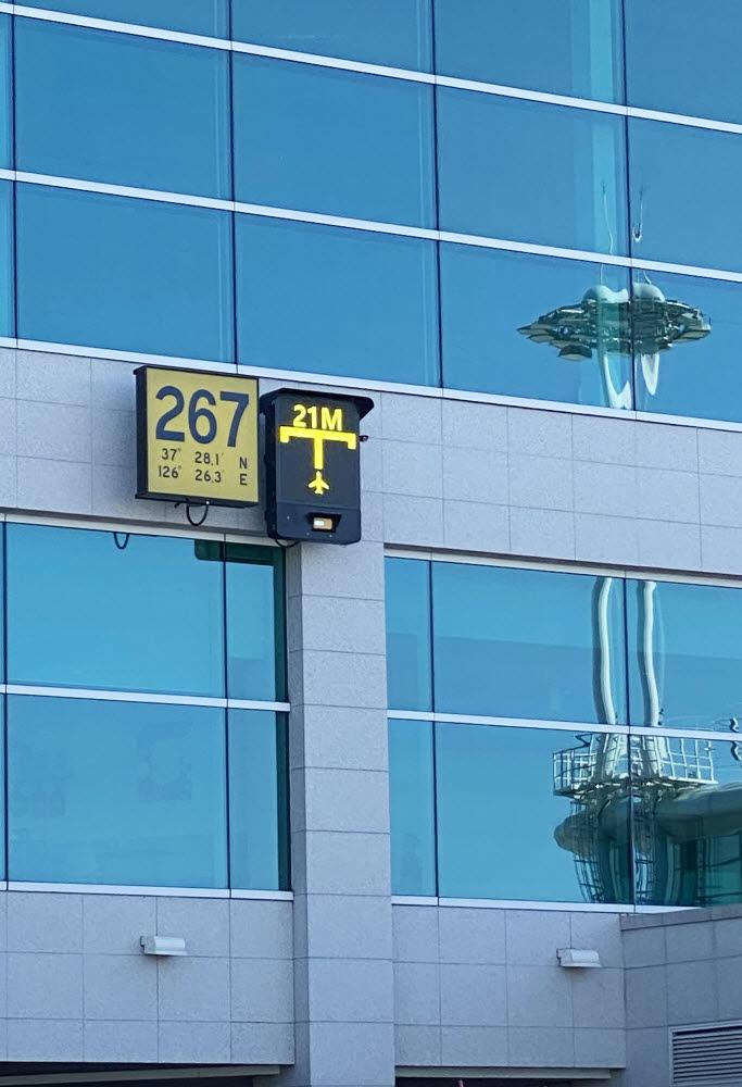 인천공항 제2여객터미널에 설치된 국산 시각주기유도시스템(A-VDGS) 테스트 제품 사진