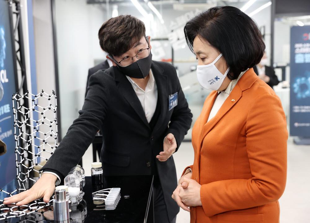 박영선 중소벤처기업부 장관이 11일 서울 금천구 지캠프에서 열린 소부장 스타트업 100 출범식에서 전시 부스를 관람하고 있다.