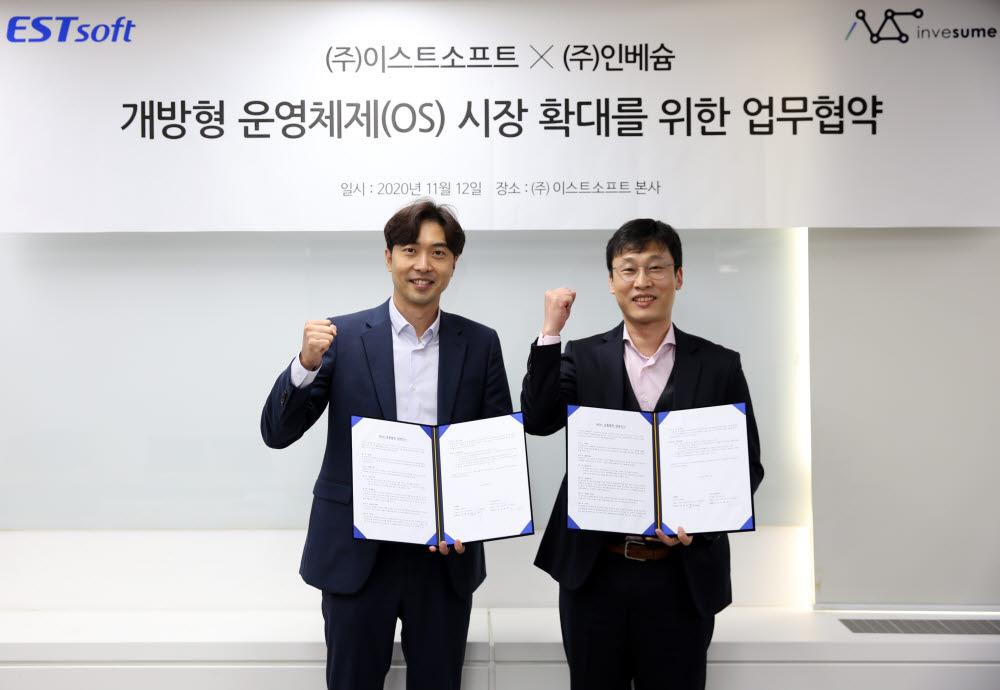 조성민(왼쪽) 이스트소프트 이사와 김형채 인베슘 대표가 개방형 OS 시장 확대를 위한 업무협약을 체결한 뒤 기념촬영했다. <이스트소프트 제공>