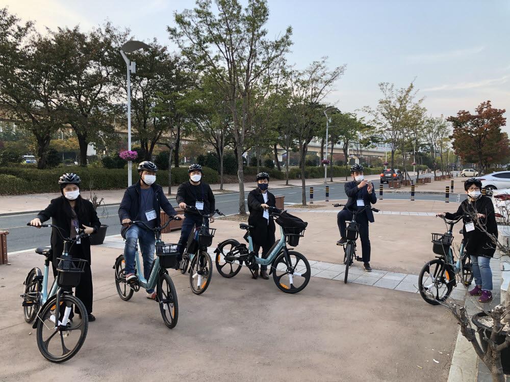 김해시는 수로왕릉 인근에 무선충전전기자전거를 설치했다. 주민들이 공식 서비스 오픈 전 자전거를 타면서 아이디어를 제시했다. 사진=김해시