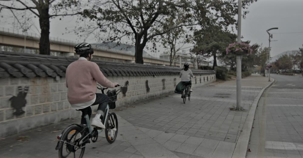 시민들이 김해의 관광지를 무선 전기자전거로 돌아보고 있다. 사진=김해시