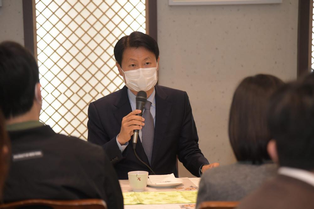 김강립 신임 식품의약품안전처 처장이 16일 서울 종로구의 한 식당에서 열린 기자간담회에서 취재진 질문에 답하고 있다. (사진=식약처)