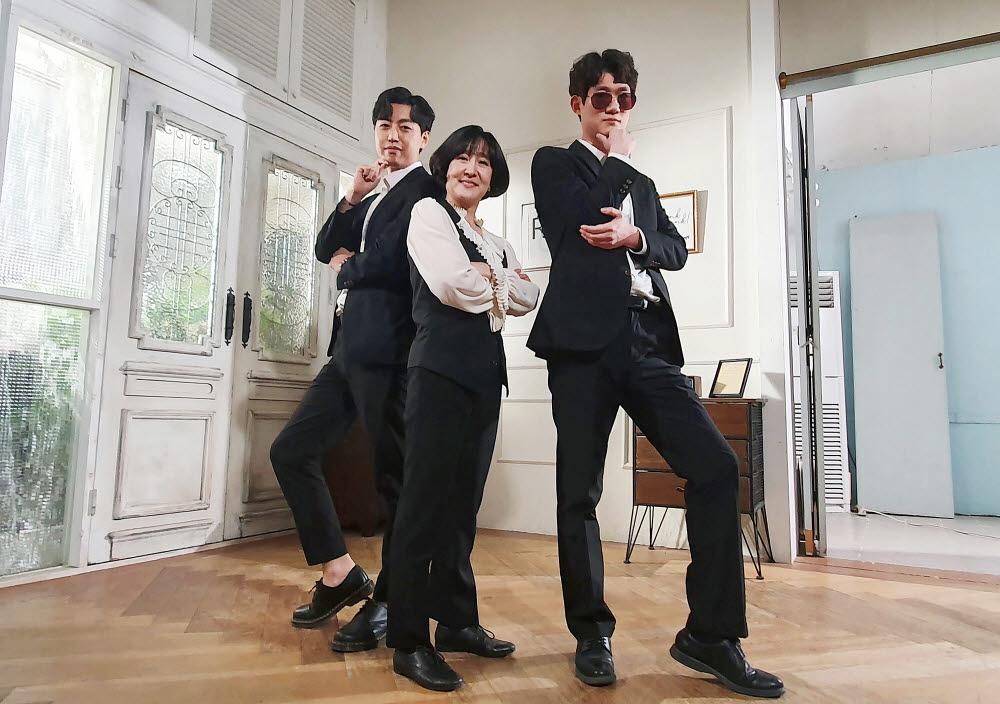 교보생명 리버스 멘토링 프로그램에 참여한 허금주 교보생명 전무(가운데)와 김승섭(오른쪽), 차경민 사원이 서울 삼성동 한 스튜디오에서 방탄소년단(BTS) 다이너마이트 안무 연습을 하기 전 포즈를 취하고 있다.