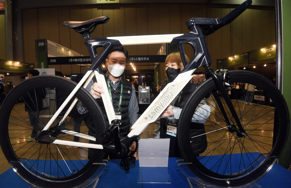 참관객이 3D프린터 제조업체 링크솔루션이 제작한 3D프린팅 프로토타입 자전거를 살펴보고 있다.