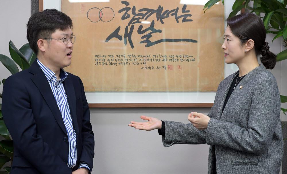 고민정 더불어민주당 의원(오른쪽)과 양종석 전자신문 산업에너지부장 사진=이동근기자