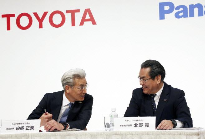 왼쪽부터 아키오 도요타 사장과 츠가 카즈히로 파나소닉 사장.[사진=연합뉴스]