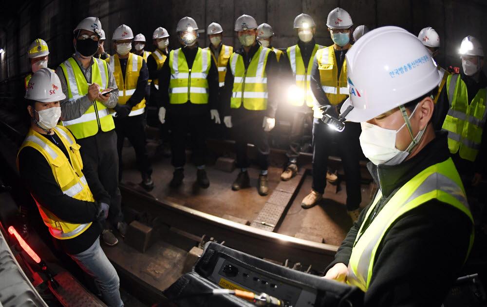 KCA 엔지니어가 수서역 인근 선로에 설치된 5G기지국 준공검사를 하고 있다.