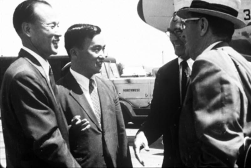 정근모 박사(사진 왼쪽 두 번째)와 터만 교수(오른쪽 첫 번째)가 인사를 나누는 모습