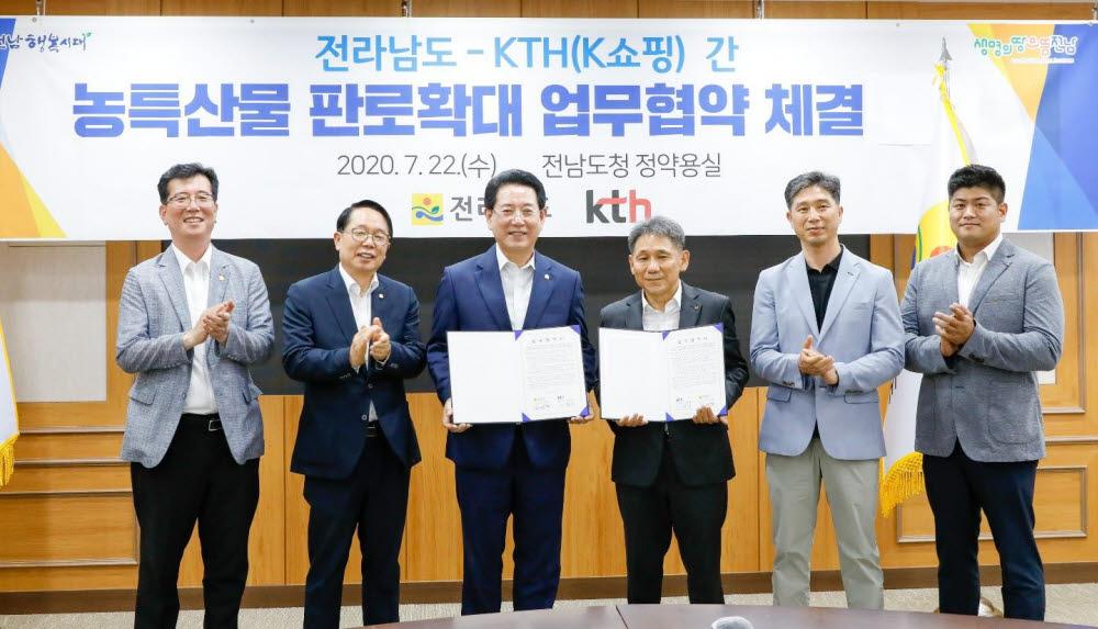 지난 7월 22일 김영록 전라남도지사(왼쪽 세 번째)와 이필재 KTH 대표(왼쪽 네 번째)가 업무협약(MOU) 체결 후 기념촬영했다.