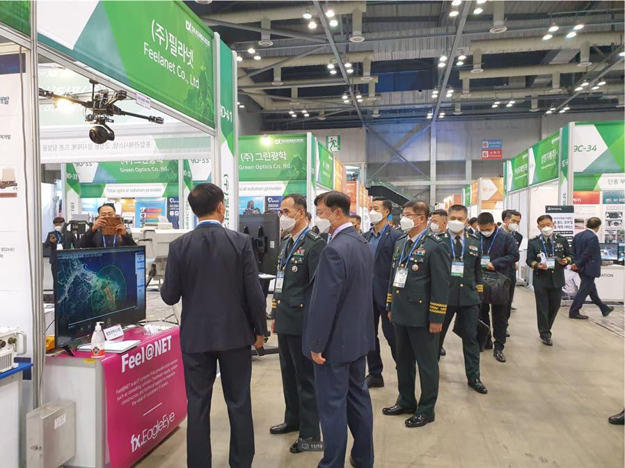 남영신 육군참모총장(왼쪽에서 두 번째)이 대한민국 방위산업전(DX Korea 2020) 필라넷 부스에서 IoT 통합관제플랫폼 fx.EagleEye에 대한 설명을 듣고 있다.