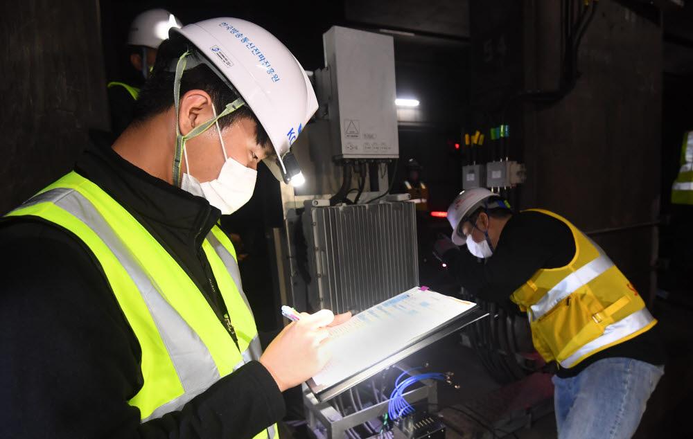 KCA, 새벽 지하철 5G 무선국 검사 '구슬땀'...5G 확산 든든한 지원군