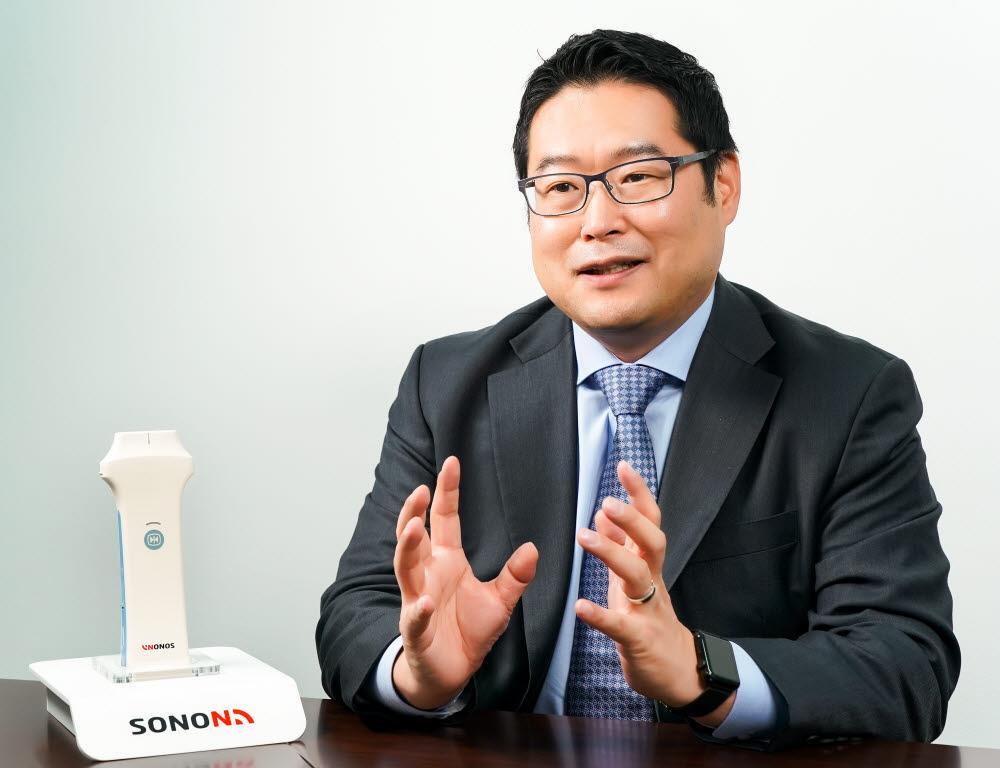 류정원 힐세리온 대표가 휴대용 초음파 진단기 소논을 소개하고 있다. (사진=힐세리온)