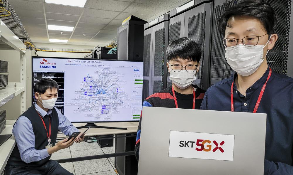 SK텔레콤 연구원이 분당에 위치한 5GX 기술그룹Lab에서 차세대 코어망의 기술과 장비 성능을 시험하고 있다.