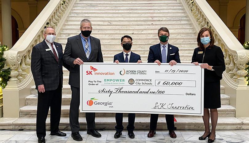 짐쇼 잭슨 카운티 상의 의장, 존 이슬러 EC3 대표, 황준호 SKBA 대표, 팻 윌슨 조지아주 경제개발부 장관, 조이 톨버트 CCS 대표(왼쪽부터)가 기부금 전달식을 갖고 기념사진을 찍고 있다.