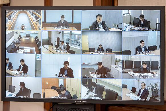 회의는 코로나19 확산 방지를 위해 현장에는 가림막을 설치한 후, 화상회의시스템과 온라인을 이용해 진행했다.