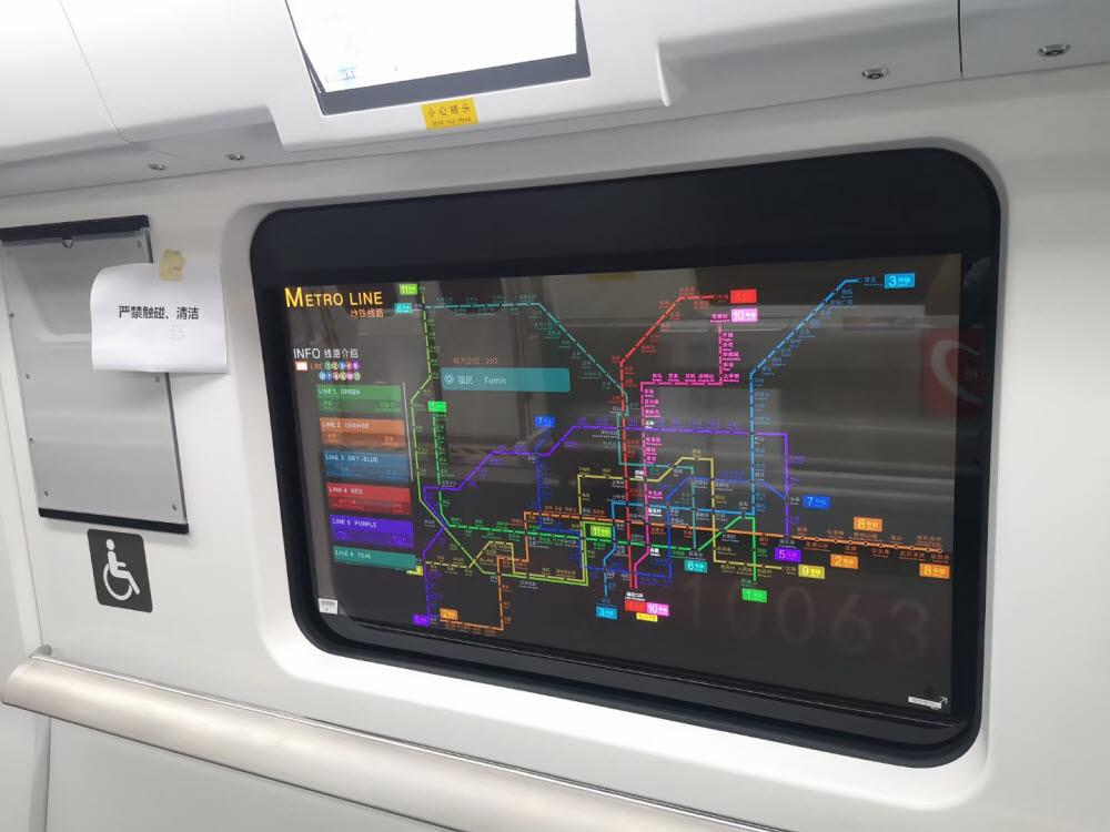 LG디스플레이가 중국 지하철에 공급한 투명 OLED 패널