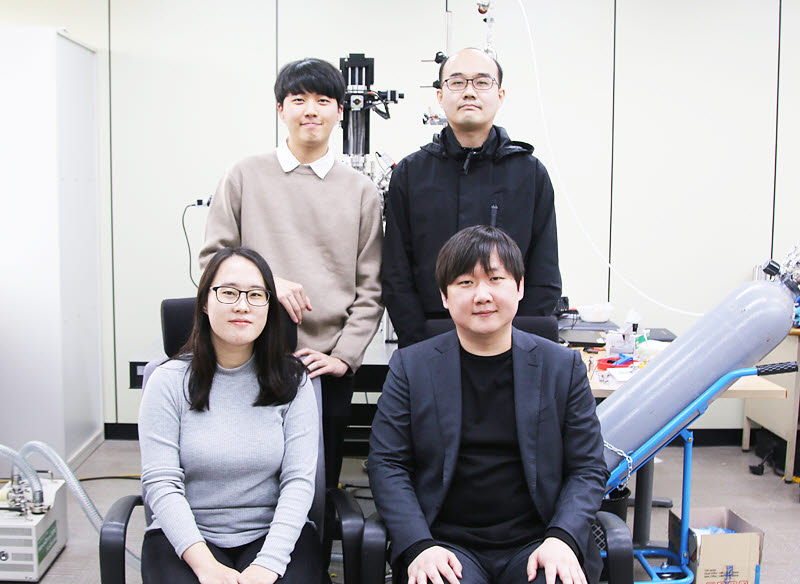 왼쪽 위부터 시계방향으로 정상민씨(학부생), 양철희 박사, 김경환 교수, 유선주씨(석사과정). 김 교수 연구팀은 영하 70도의 물을 방사선가속기 빛으로 보는데 성공했다.