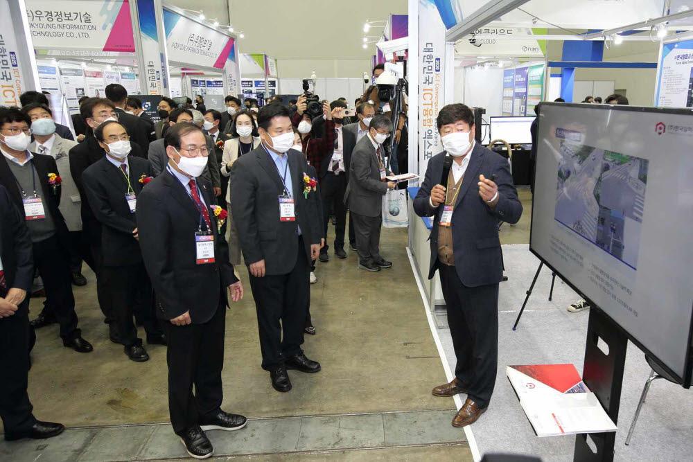 대한민국ICT융합엑스포에서 주요 인사가 부스를 돌아보고 있다.