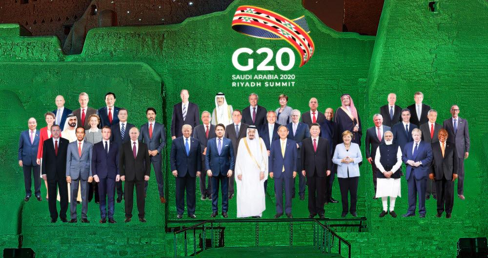 G20 정상회의 홈페이지에 공개된 문재인 대통령을 비롯한 주요 20개국 정상들의 합성 단체사진.연합뉴스
